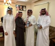 """محمد بن منيف يستلم أولى إصداراته الأدبية """"رواية"""" بين رفوف الغيب"""